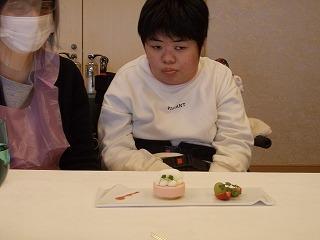 デザートを食べている様子(2)
