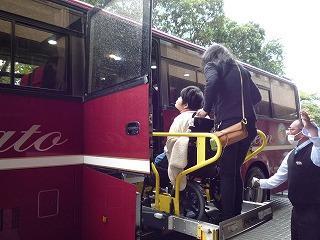 リフト付き大型バスに乗車する様子