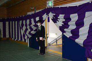 式場へ生徒が入場する様子(1)