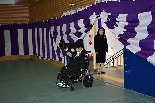 式場へ生徒が入場する様子(2)