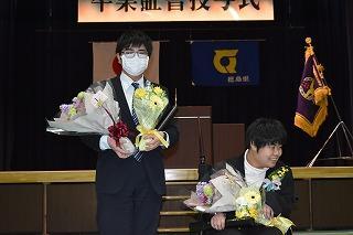花束を手にする卒業生の写真