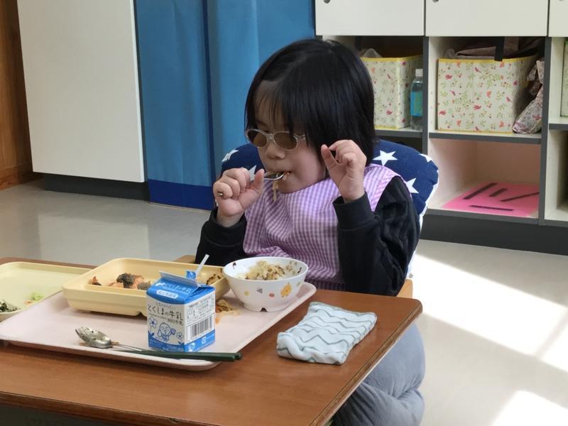 おいしそうに給食を食べる生徒