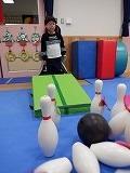 幼児が一人ずつボーリングをしているところ2