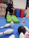 幼児が一人ずつボーリングをしているところ3