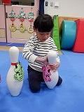 幼児がピンを立てているところ