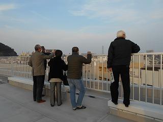 屋上から地域の方が学校周辺の避難経路となる主要道路を見ています